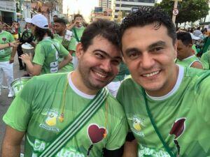 Bosco e Rafael no cortejo do bloco Camaleões do Vila