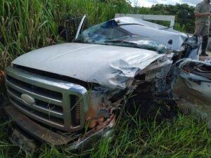 Caminhonete ficou com lateral e cabine destruída após a colisão