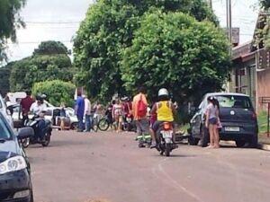 Moradores envolta do veículo que era utilizado pelo suspeito.
