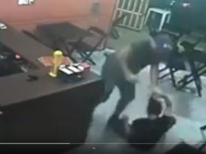 VÍDEO: PM agride mulher em lanchonete por 'pedido errado'