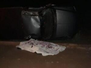Corpo da vítima ainda no local do acidente, antes de ser recolhido por peritos.