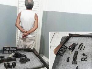 O homem, as armas e munições foram levados para a delegacia