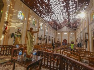 Serviço de segurança inspeciona no interior da igreja de São Sebastião, em Negombo, nesta segunda-feira (22). Ela foi um dos alvos dos ataques ocorridos no domingo de Páscoa, no Sri Lanka