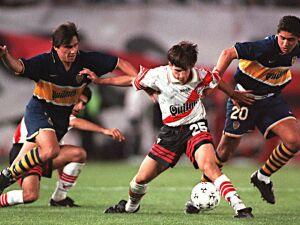 Julio César Toresani (centro) em campo com a camiseta do Boca Juniors em partida contra o River Plate em 1997