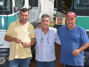 Maurilio entrega caminhões