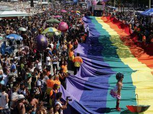 Comissão do Senado aprova projeto que criminaliza homofobia
