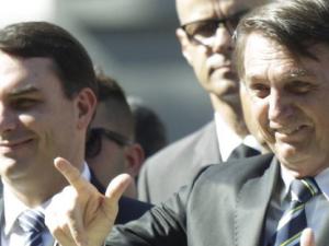 O presidente Jair Bolsonaro e seu filho Flávio empregaram 12 parentes em gabinetes da família, além de Ana Cristina Valle