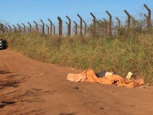 Viatura da Polícia Militar ao lado do corpo encontrado nesta segunda-feira