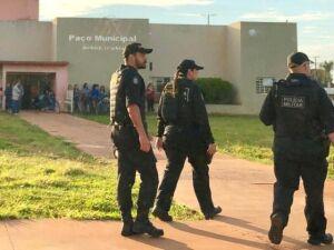 Agentes do Gaeco em frente à Prefeitura de Batayporã
