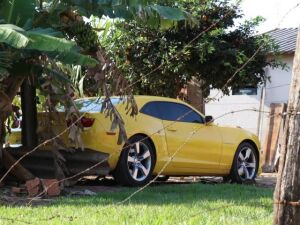 Carro usado na fuga de sobrinho que matou o tio foi encontrado em quintal de residência