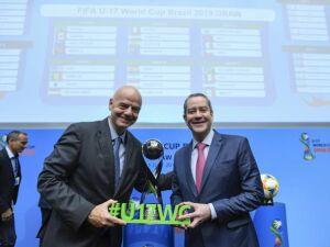 O presidente da Fifa Gianni Infantino e o presidente da CBF Rogério Caboclo após o sorteio do Mundial Sub-17, que será realizado no Brasil em 2019 (Valeriano Di Domenico/FIFA/Getty Images)