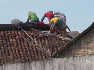 . Presos caminham sobre telhado em presídio de Altamira, no Pará, durante massacre