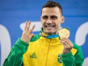 Léo de Deus exibe a medalha dourada no pódio dos Jogos Pan-Americanos de Lima, no Peru