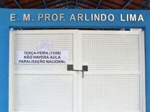 Cartaz afixado no portão da escola informa sobre a paralisação