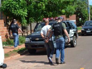 """Um dos presos pelo """"tribunal do crime"""" é conduzido por policiais civis"""