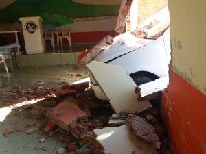 Parede foi derrubada após carro invadir igreja em Campo Grande.
