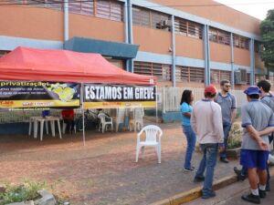 Grupo de trabalhadores montou acampamento em frente à unidade dos Correios da Barão do Rio Branco e espera reforço de trabalhadores