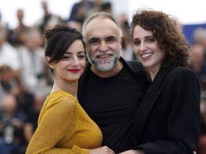 Karim Ainouz entre Julia Stockler e Carol Duarte, que atuam em 'A Vida Invisível de Eurídice Gusmão