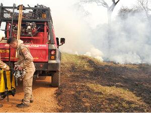 Brigadistas do Ibama, PMA e bombeiros combatem focos de calor na Fazenda Caiman, em Miranda