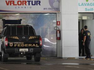 Equipe da Polícia Federal faz batida em casa de câmbio que funciona em posto de gasolina (Posto da Torre), no Distrito Federal. Mandado cumprido no local deu origem à Operação Lava Jato, em 17 de março de 2014