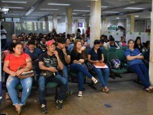 Trabalhadores aguardam atendimento na Funtrab de Campo Grande