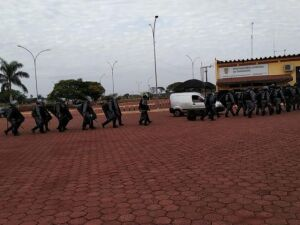 Homens da Tropa de Choque no momento em que chegavam à penitenciária de Dourados, nesta manhã