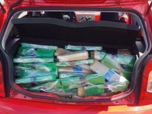 Carga estava dividida em 194 tabletes, encontrados no porta-malas do veículo.