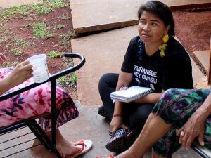 Jaqueline Gonçalves, durante atendimento a mãe de criança internada