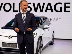 Herbert Diess, presidente executivo do grupo Volkswagen, na apresentação do elétrico ID, no Salão Automóvel de Frankfurt, na Alemanha. (EPA/RONALD WITTEK)