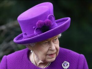 A rainha Elizabeth II em visita a indústrias nesta quarta-feira (6)