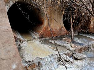 Dejetos jogados dentro do Córrego Imbirussu