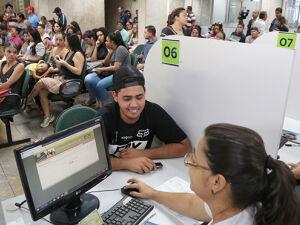 Trabalhadores sendo atendidos na agência pública de empregos