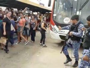 Momento em que guarda municipal de Campo Grande aponta arma para população durante protesto no terminal de ônibus de Campo Grnade
