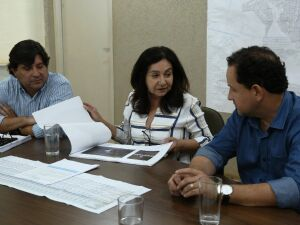 Prefeita Délia Razuk e o procurador-geral Sergio Henrique em reunião com o presidente da Sanesul, Walter Carneiro Junior, para discutir renovação do contrato de concessão