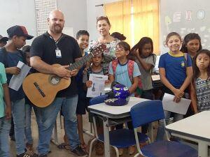 Projeto consiste em oferecer aulas de violão para os alunos da Rede Municipal de Ensino no contraturno escolar