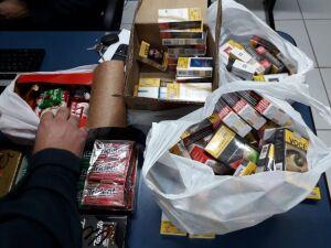Cigarros, chocolates e balas que ladrão separou em restaurante