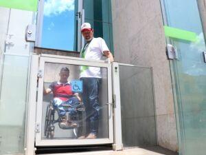 Trabalhador deficiente físico chega à Funtrab por rampa de acesso