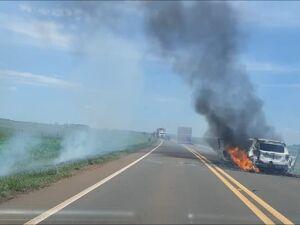 Carro em chamas encontrado pela polícia na tentativa de assalto