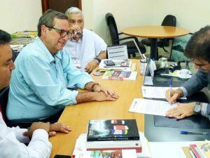 À esquerda, Danilo Magalhães, Bosco Martins e Cezar Roriz, na reunião com o procurador do trabalho Odracir Hecht que garantiu a destinação de R$ 200 mil para a digitalização da Educativa FM 104,7