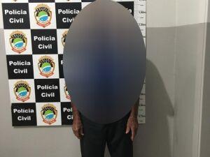 Avô de 83 anos é preso por abuso infantil fazendo neto de 6 anos o masturbar