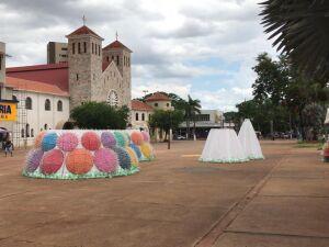 Decoração natalina já está sendo instalada no calçadão e na Praça Antônio João