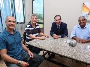 O secretário de Governo Celso Schuch recebe o defensor-geral Fábio Rombi da Silva para discutir os detalhes do projeto de lei para a doação de terreno