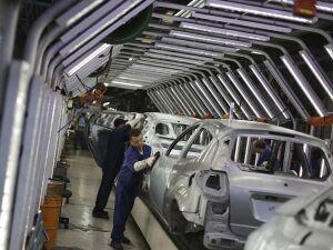 Trabalhadores em linha de montagem de fábrica de automóveis em São Bernardo do Campo (13.AGO.2013)