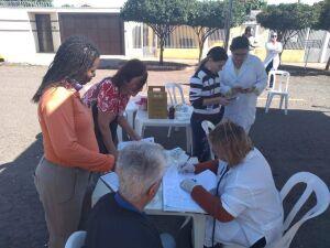 Profissionais atendem idosos em frente a unidade na Vila Carvalho