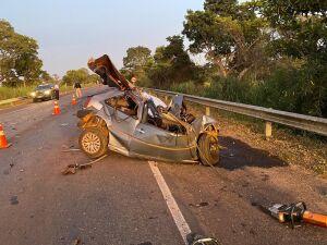 Carro ficou totalmente destruído em razão da violência da colisão com o ônibus