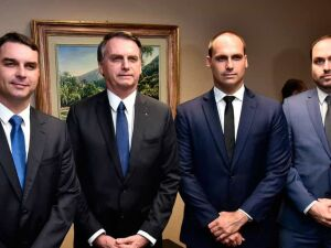 Uma foto que circula nas redes sociais sob o título Modelo de Comunicação Institucional mostra Bolsonaro de bermuda nos jardins do Palácio da Alvorada, em posição de pronunciamento, na frente dos três filhos parlamentares.