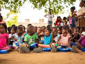 A Fraternidade sem Fronteiras, que acolhe mais de 15 mil pessoas no Brasil e na África, inicia campanha para reforçar doações aos projetos
