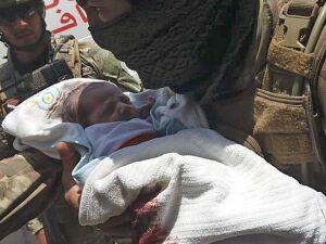 Membro de força de segurança retira bebê recém-nascido de hospital que foi alvo de ataque de atiradores em Cabul, 12 de maio| Leia mais em: https://www.gazetadopovo.com.br/mundo/ataque-hospital-maternidade-deixa-bebes-maes-mortos-afeganistao-cabul/ Copy