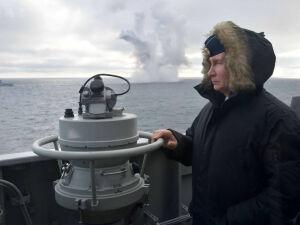Putin a bordo de um cruzador durante exercício naval no mar Negro, em janeiro