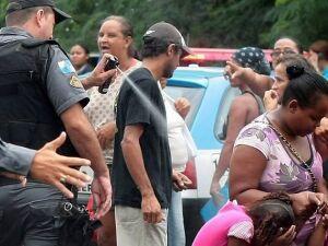 Policial usa spray de pimenta em adultos e crianças durante protesto em 2011